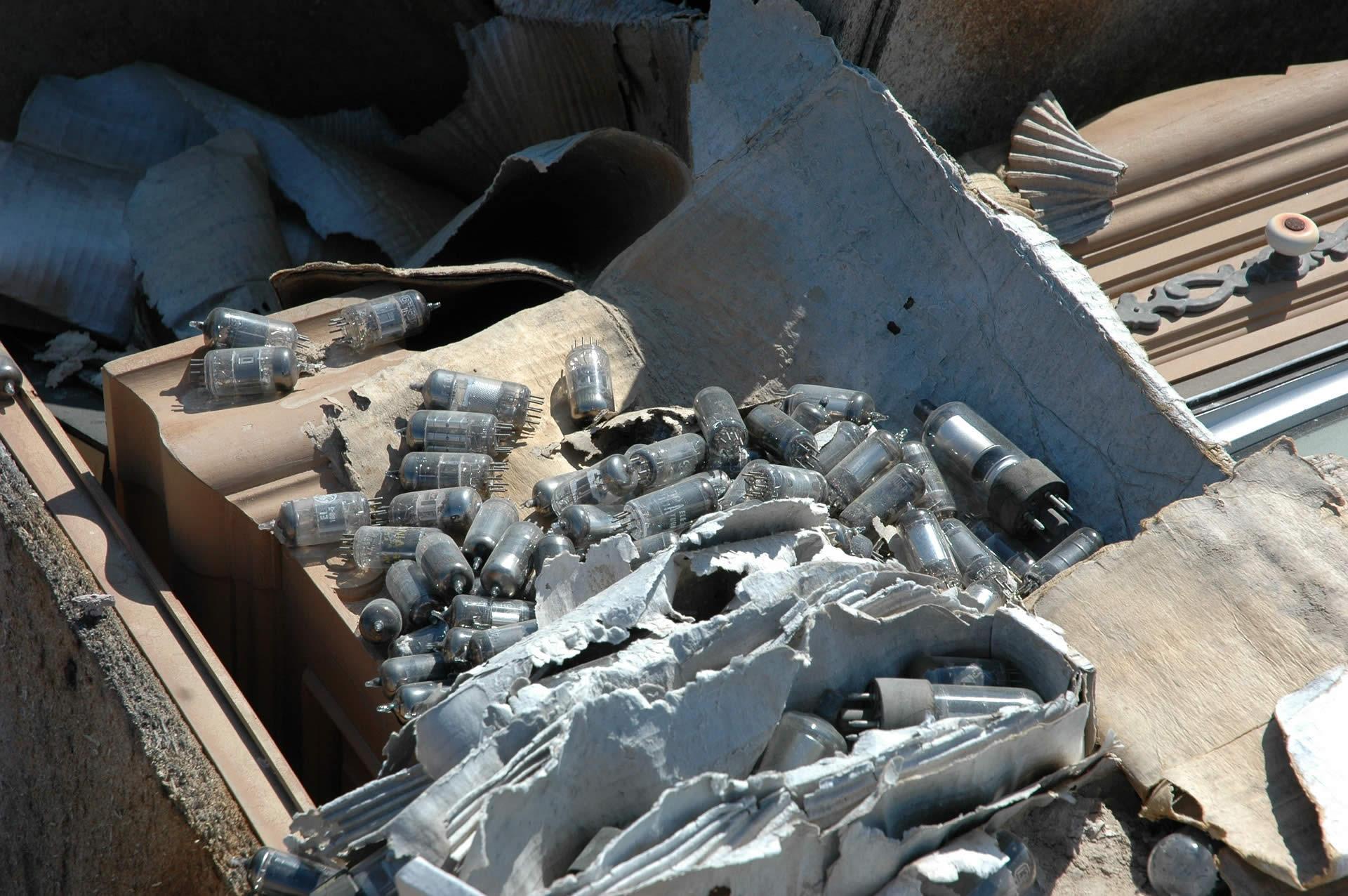 Sequestrati 12 cassoni di RAEE stoccati illegalmente